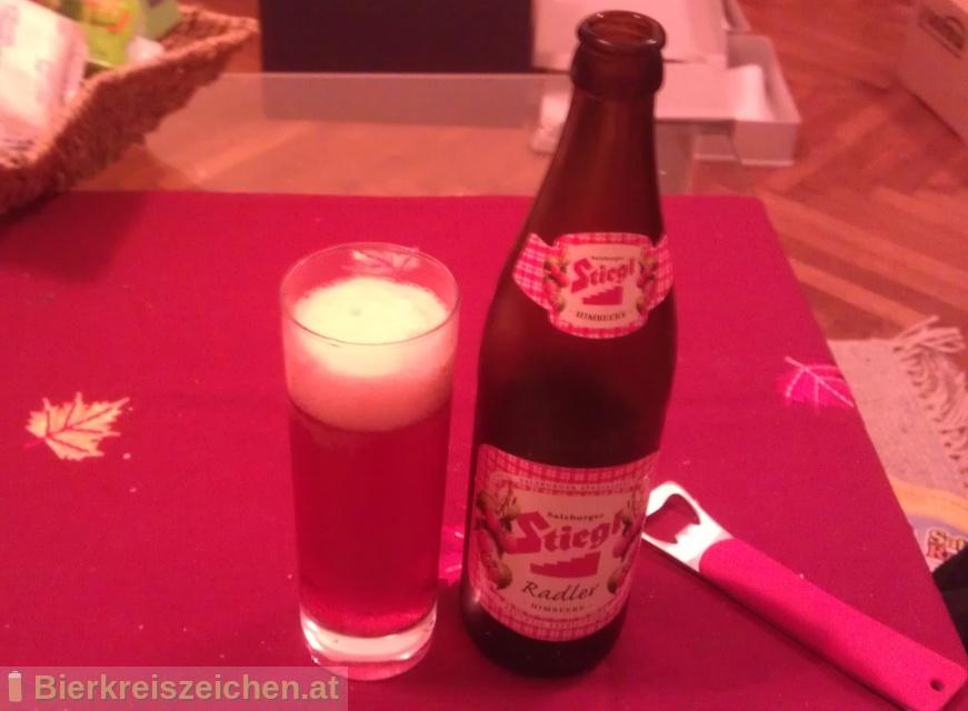Foto eines Bieres der Marke Stiegl Radler Himbeere aus der Brauerei Stieglbrauerei