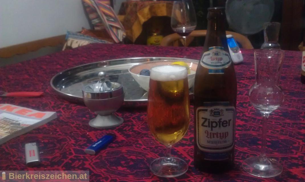 Foto eines Bieres der Marke Zipfer Urtyp Medium aus der Brauerei Brauerei Zipf