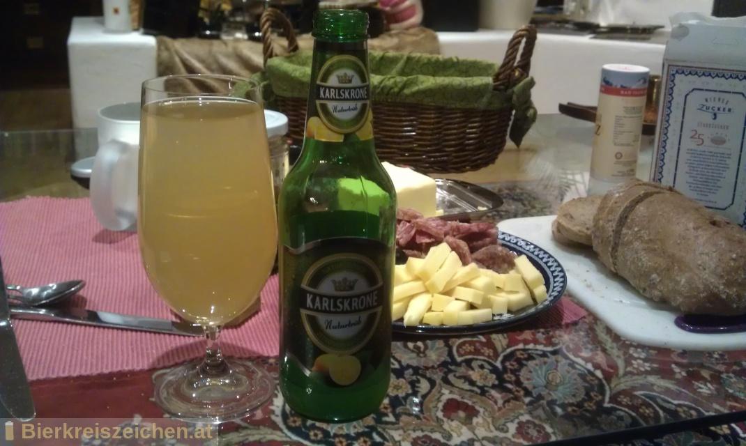Foto eines Bieres der Marke Karlskrone naturtrüber Zitronen-Radler aus der Brauerei Tigast Handelsgesellschaft