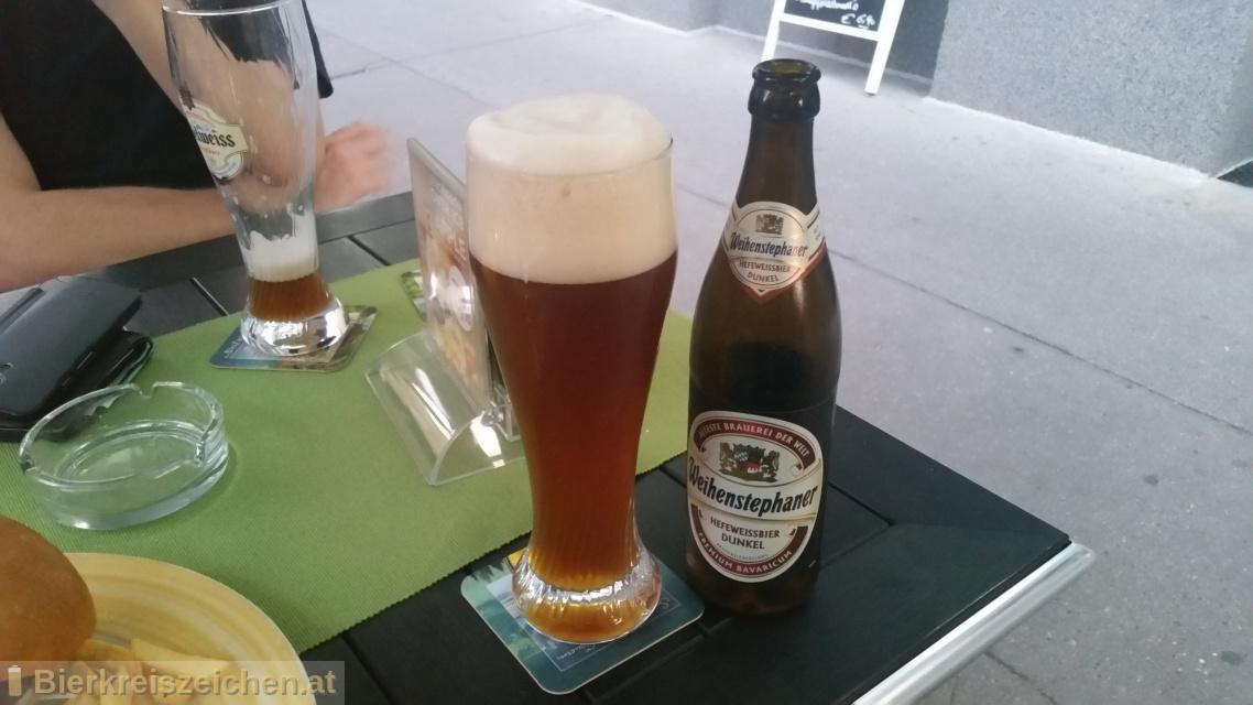 Foto eines Bieres der Marke Weihenstephaner Hefeweißbier dunkel aus der Brauerei Bayrische Staatsbrauerei Weihenstephan