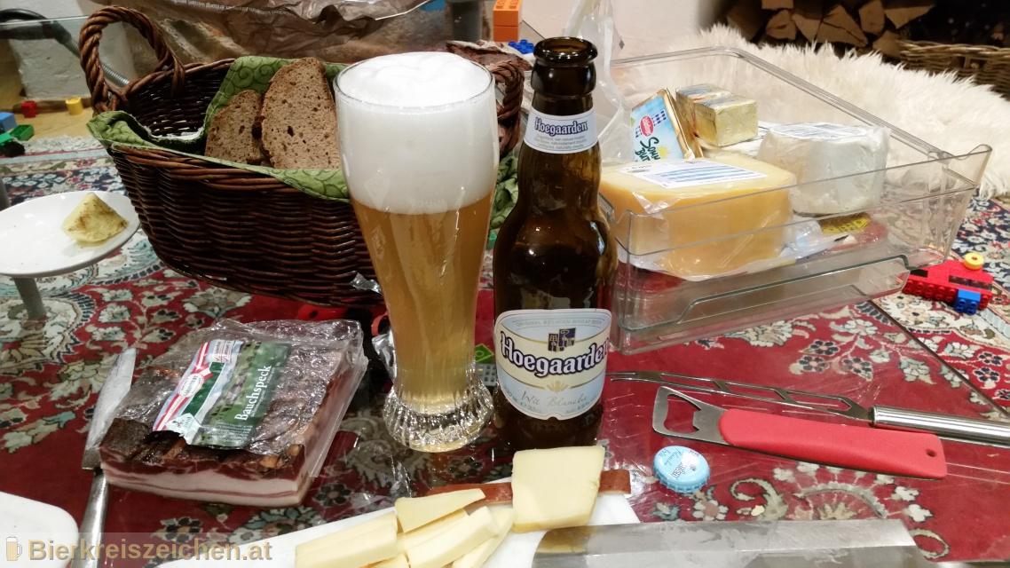 Foto eines Bieres der Marke Hoegaarden Wit Blanche aus der Brauerei Brouwerij van Hoegaarden