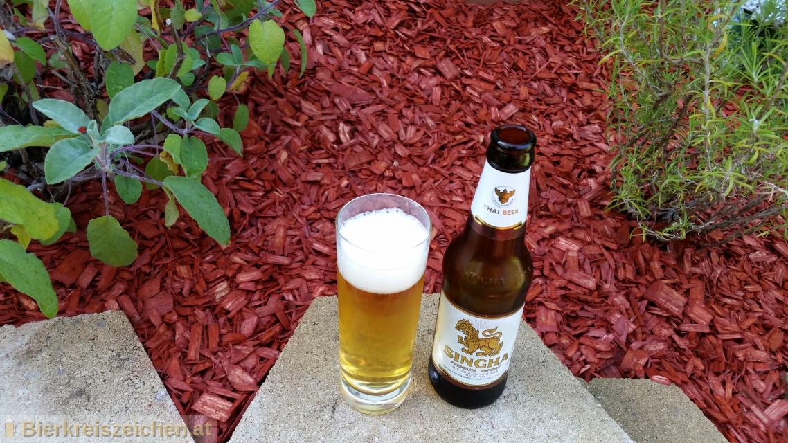 Foto eines Bieres der Marke Singha Premium Import aus der Brauerei Boon Rawd Brewery