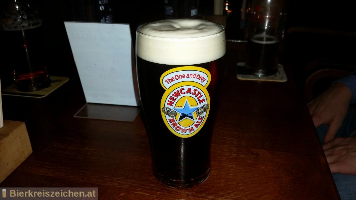 Foto eines Bieres der Marke Newcastle Brown Ale aus der Brauerei The Newcastle Breweries Ltd.