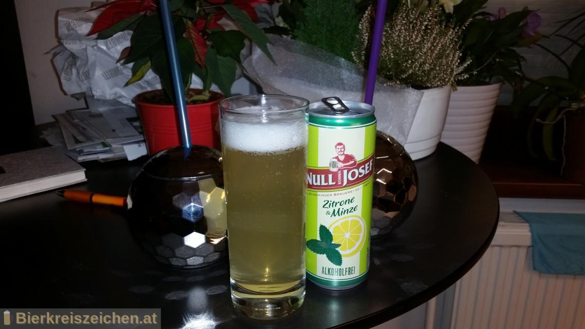 Foto eines Bieres der Marke Null Komma Josef Radler Zitrone Minze aus der Brauerei Ottakringer Brauerei