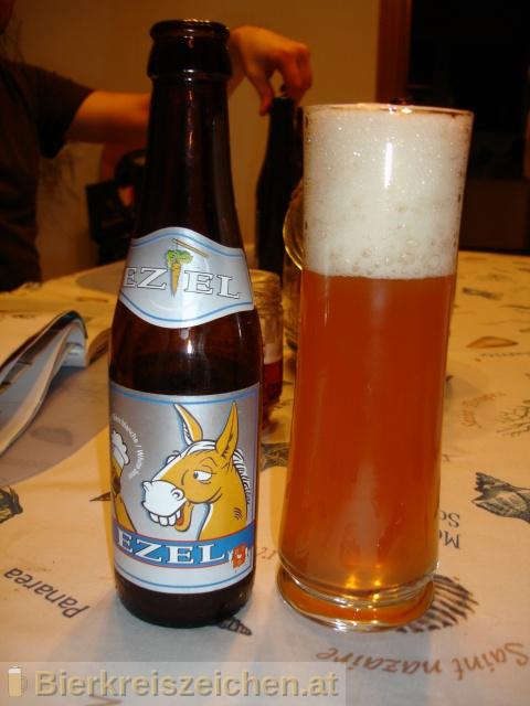Foto eines Bieres der Marke Ezel Wit aus der Brauerei Brouwerij De Brabandere