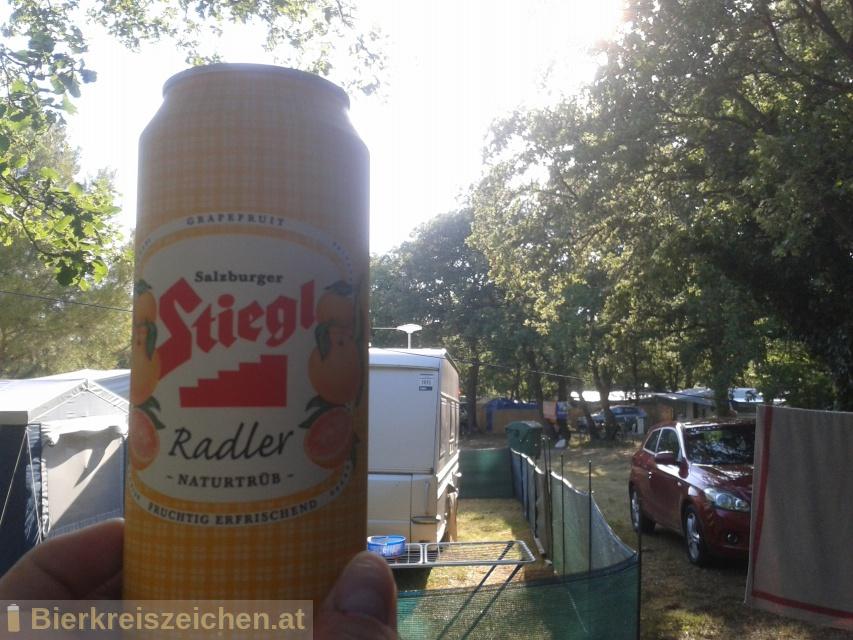 Foto eines Bieres der Marke Stiegl Radler Grapefruit naturtrüb aus der Brauerei Stieglbrauerei