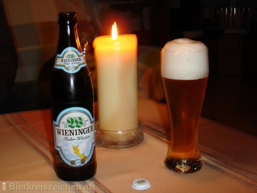 Foto eines Bieres der Marke Wieninger Feder Weizen aus der Brauerei Wieninger Bier