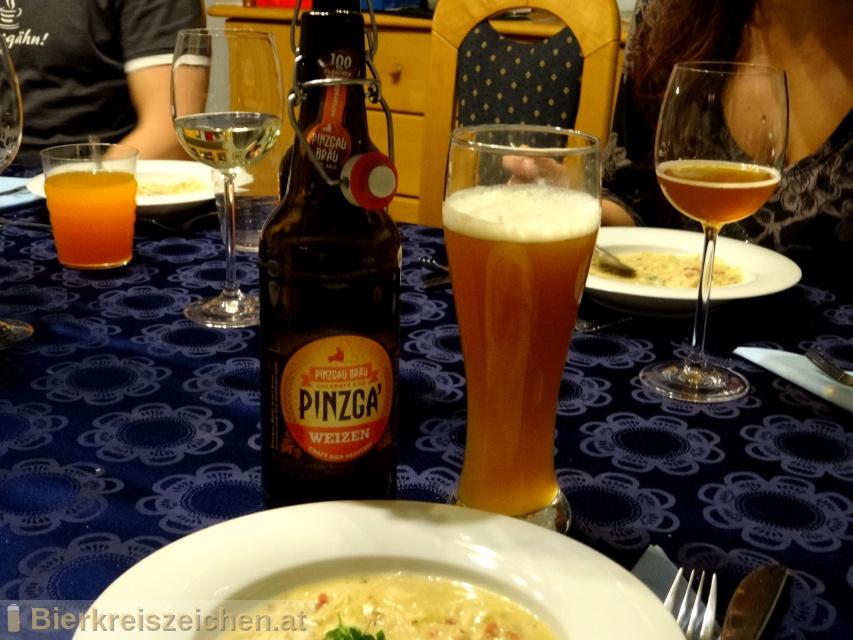Foto eines Bieres der Marke Pinzga' Weizen aus der Brauerei Pinzgau Bräu