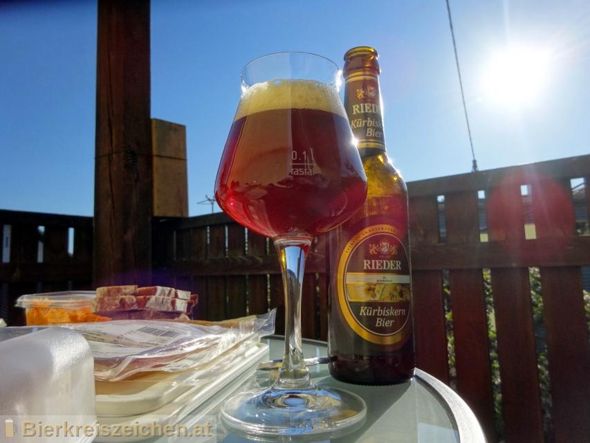 Foto eines Bieres der Marke Rieder Kürbiskern Bier aus der Brauerei Brauerei Ried