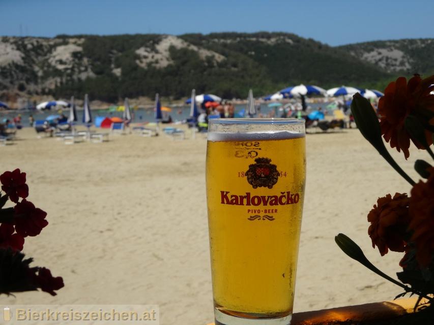 Foto eines Bieres der Marke Karlovačko Crno aus der Brauerei Karlovačka pivovara