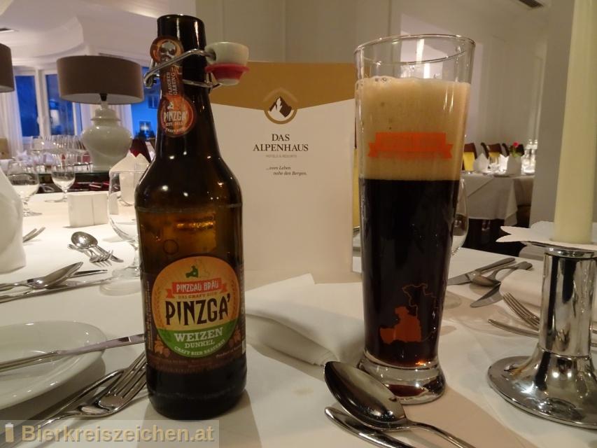 Foto eines Bieres der Marke Pinzga' Weizen Dunkel aus der Brauerei Pinzgau Bräu