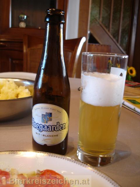 Foto eines Bieres der Marke Hoegaarden Original aus der Brauerei Brouwerij van Hoegaarden