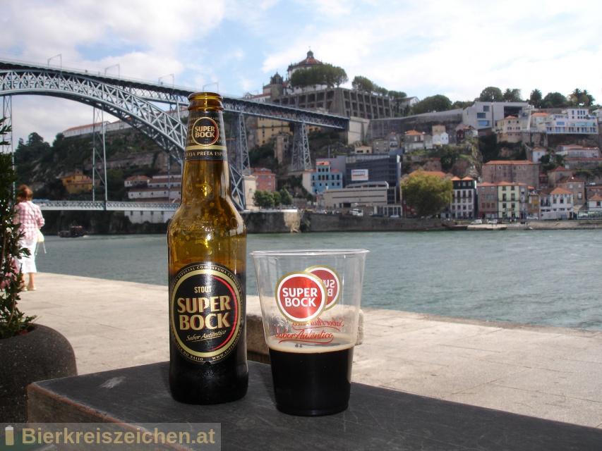 Foto eines Bieres der Marke Super Bock Stout aus der Brauerei Super Bock