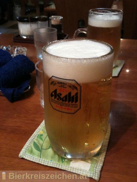 Foto eines Bieres der Marke Asahi Super Dry aus der Brauerei Asahi Bīru Kabushiki-gaisha
