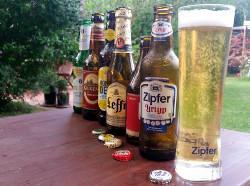 Verschiedene internationale Biersorten zum Tag des Bieres