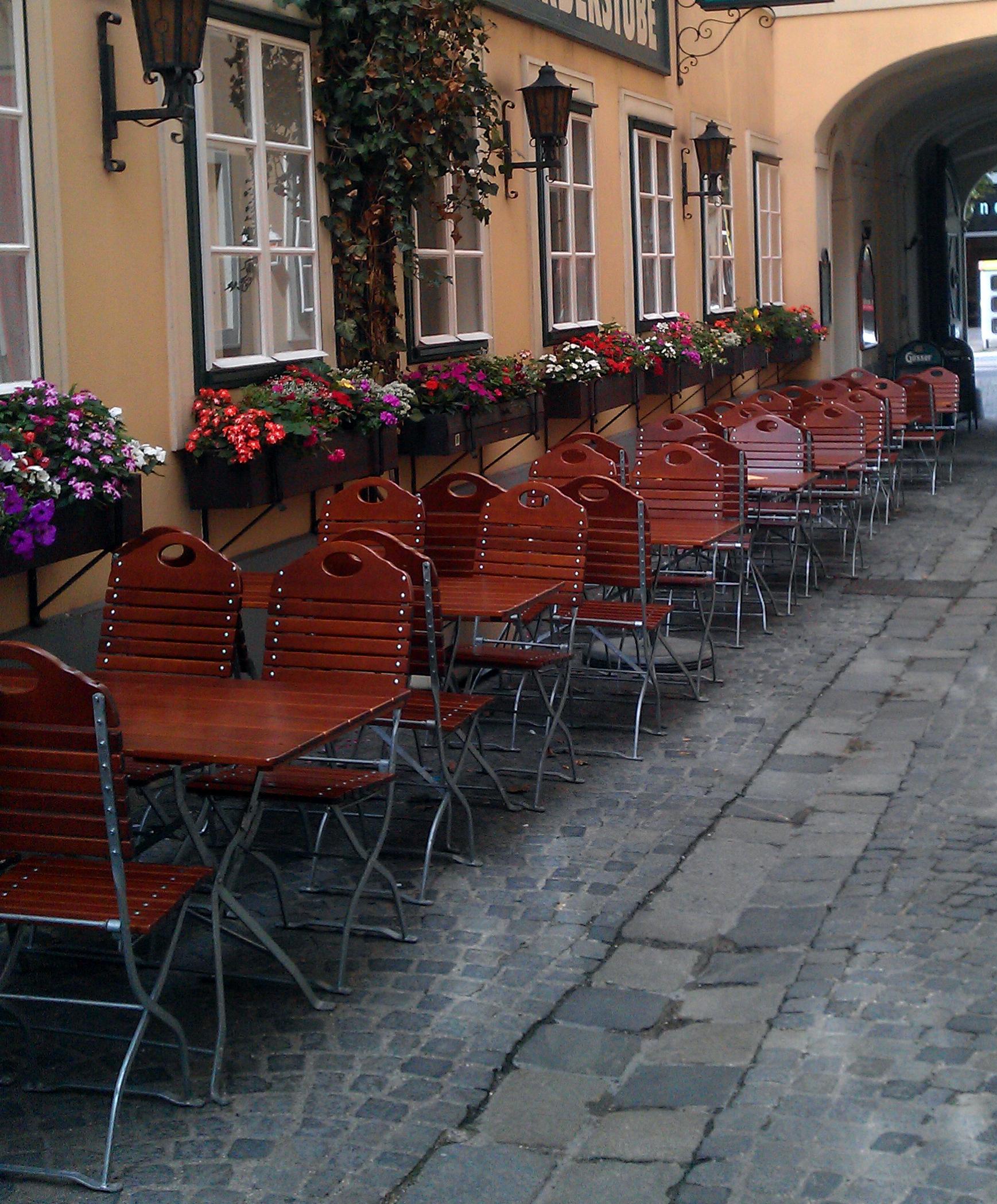 Sesseln in einem Wiener Schanigarten, schattiges Plätzchen des Bierlokals.