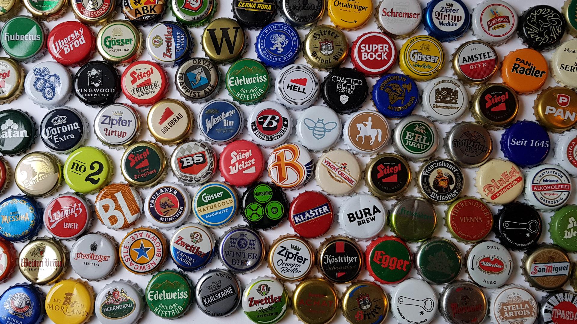 Verschiedenste Kronkorken von unterschiedlichen Bieren, sie sind so unterschiedlich und vielfältig wie die Biersorten und Bierstile selbst.