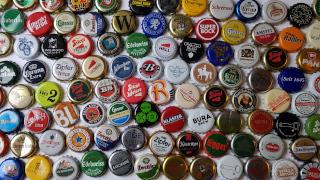 Verschiedenste Kronkorken von unterschiedlichen Bieren.