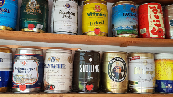 Foto eines Teiles einer Sammlung aus 5-Liter-Bierdosen.